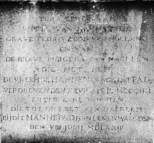 Inscrities met tekst in herinnering aan succesvolle slag in 1304 tegen de Vlamingen en in 1573 verloren strijd tegen de Spanjaarden