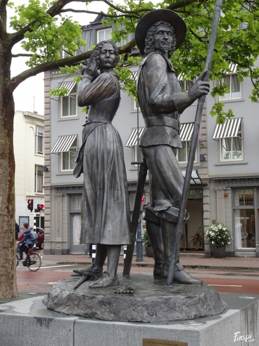 Standbeeld van Keanau Simonsdr.Hasselaaer en Wigbold Ripperda door Graziella Curelli, in 2003 geplaatst op het stationsplein in Haarlem.